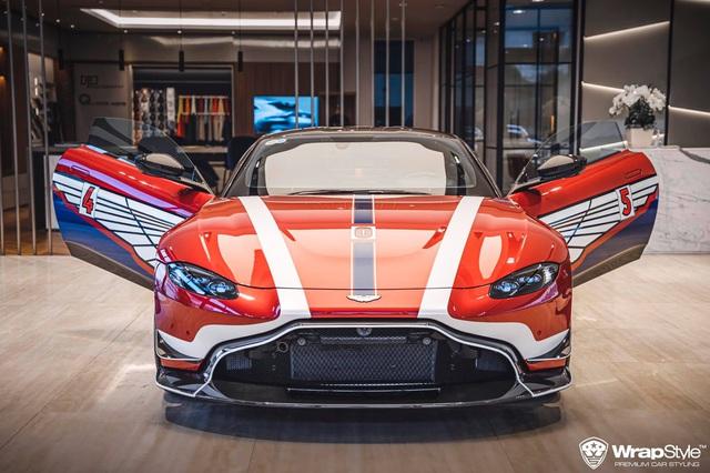 Minh Nhựa lần đầu cầm lái Aston Martin V8 Vantage chở vợ trong hành trình VietRally - Ảnh 4.