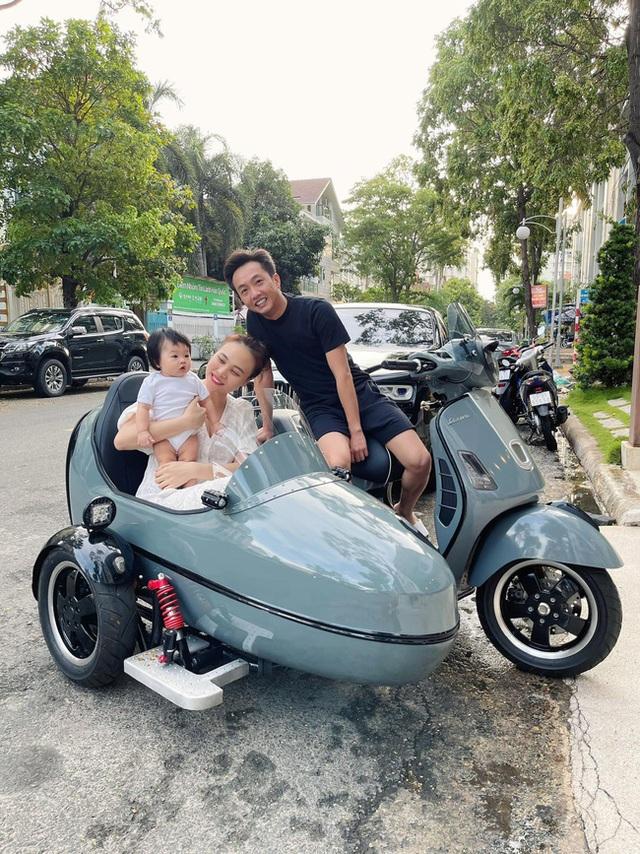 Cường Đô La đưa vợ con đi dạo phố bằng xe ba bánh độc đáo - Ảnh 1.