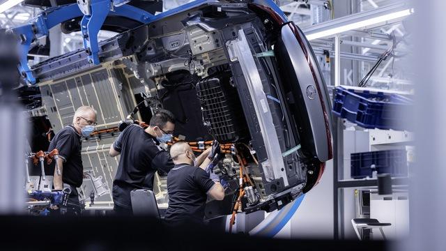 Mercedes-Benz đẩy mạnh làm xe điện khiến nhiều người đứng trước nguy cơ mất việc - Ảnh 2.