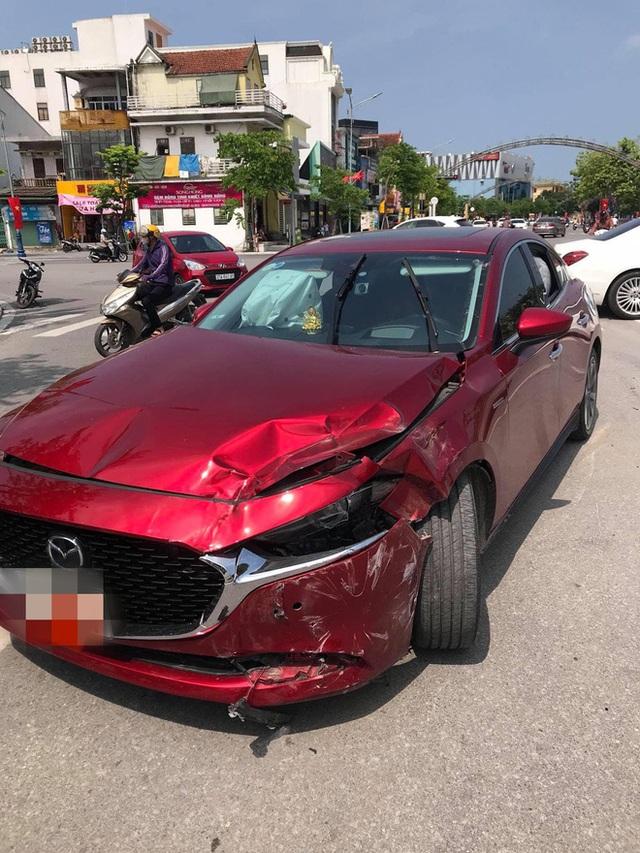 """Bánh xe Hyundai bất ngờ rụng, lăn ra đường - Camera hành trình """"bóc"""" cú đâm gây tai hoạ - Ảnh 3."""