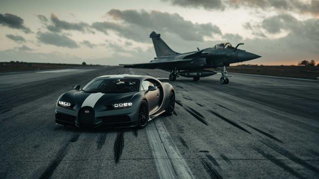 Siêu xe Bugatti đua với máy bay chiến đấu và cái kết làm bất ngờ tất cả - Ảnh 1.