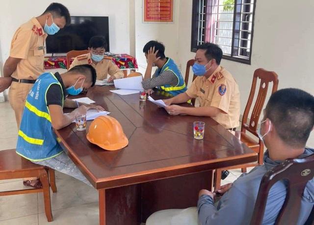 Bịt mắt lái xe cho ngầu, nam thanh niên Đà Nẵng bị phạt 7,5 triệu đồng - Ảnh 1.