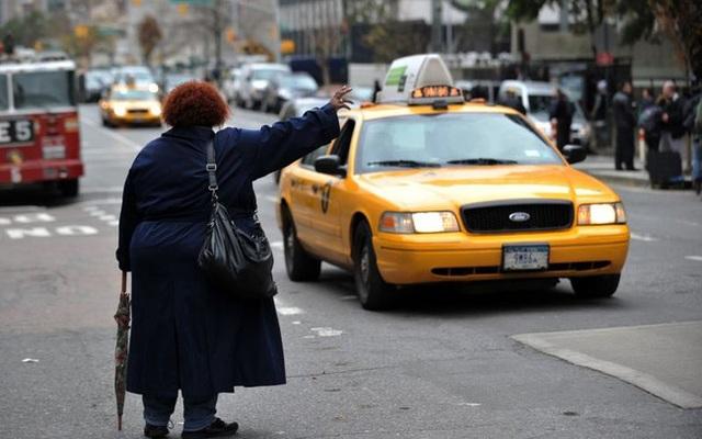 Nhận tin cháu trai gây tai nạn, cụ bà bắt taxi đi ứng cứu nhưng sau khi kể chuyện cho tài xế nghe lại bị đưa đến đồn cảnh sát vì lý do này - Ảnh 2.