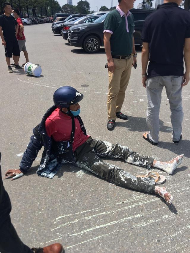 Va chạm với Mercedes, sơn văng khắp nơi, người đàn ông chạy xe máy ngồi thất thần trên đường - Ảnh 1.
