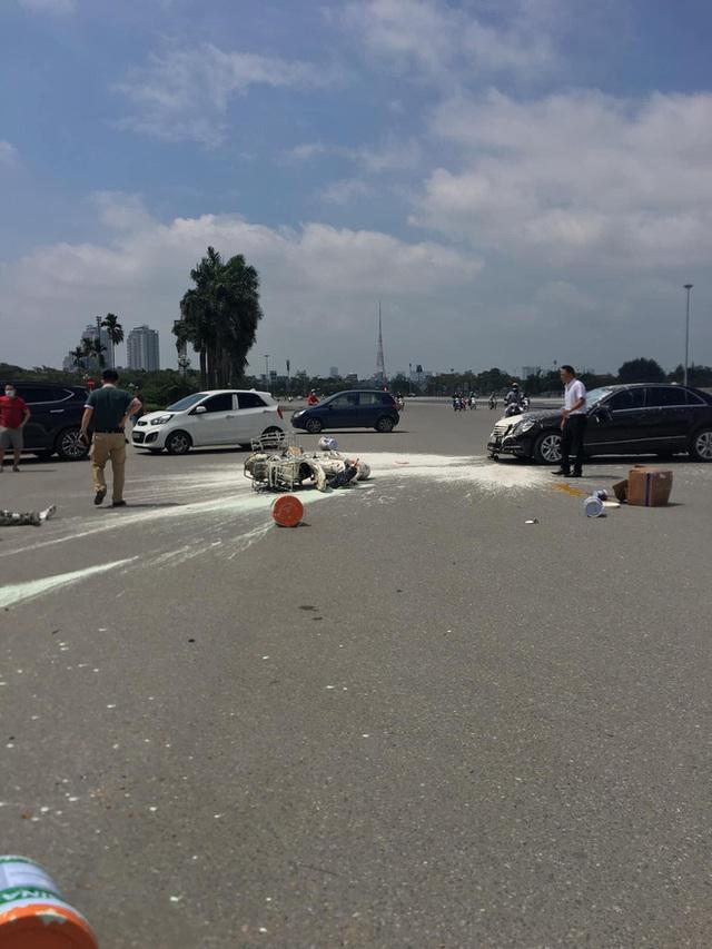 Va chạm với Mercedes, sơn văng khắp nơi, người đàn ông chạy xe máy ngồi thất thần trên đường - Ảnh 2.