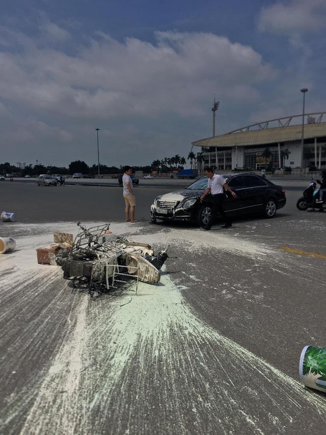Va chạm với Mercedes, sơn văng khắp nơi, người đàn ông chạy xe máy ngồi thất thần trên đường - Ảnh 3.