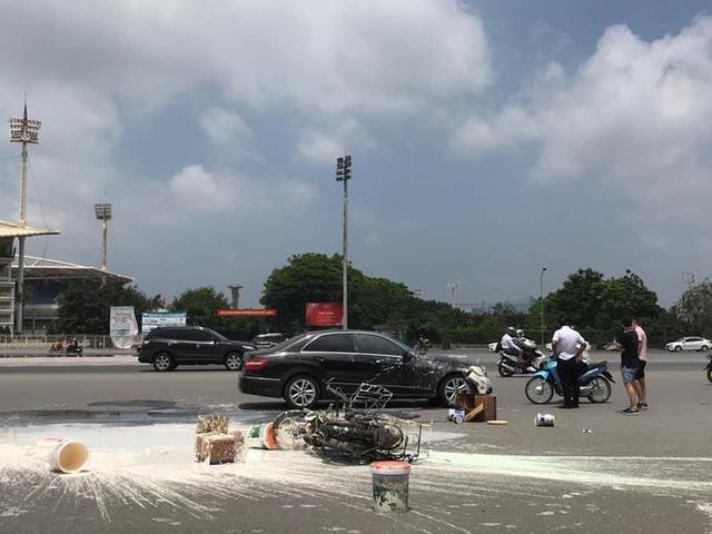 Va chạm với Mercedes, sơn văng khắp nơi, người đàn ông chạy xe máy ngồi thất thần trên đường - Ảnh 4.