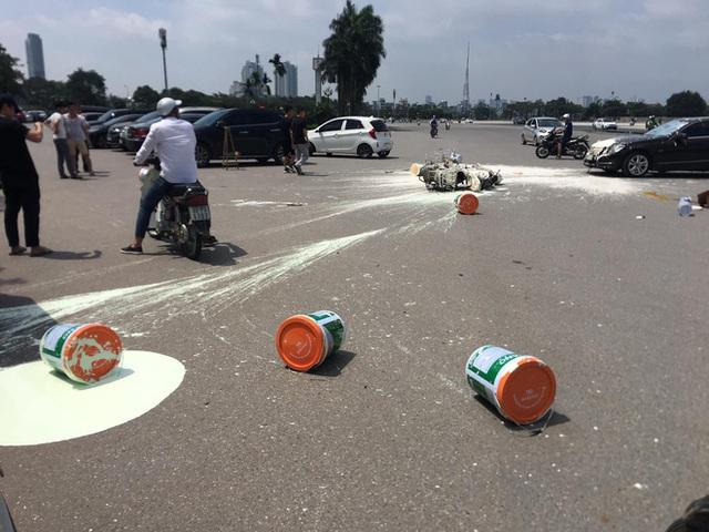 Va chạm với Mercedes, sơn văng khắp nơi, người đàn ông chạy xe máy ngồi thất thần trên đường - Ảnh 7.