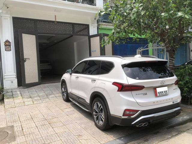 Bán Hyundai Santa Fe biển 555.55, đại gia vẫn dư gần nửa tỷ nếu tậu Mercedes-Benz GLC 300 AMG đập hộp - Ảnh 2.