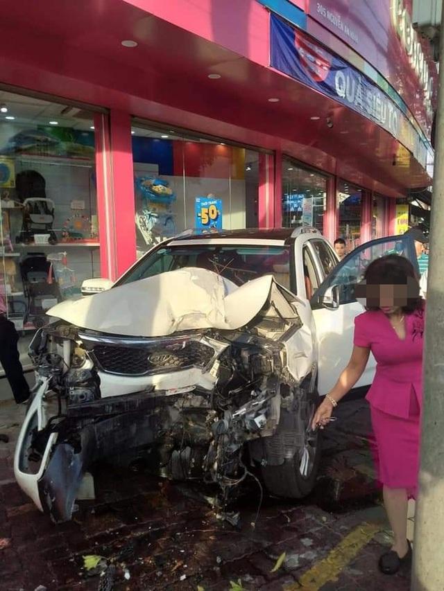 Kinh hoàng clip: Nữ tài xế lao lên vỉa hè, đâm loạt xe máy khiến 2 người bị thương - Ảnh 1.