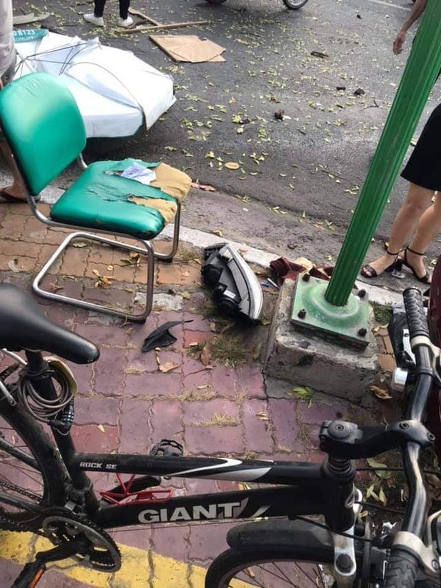 Kinh hoàng clip: Nữ tài xế lao lên vỉa hè, đâm loạt xe máy khiến 2 người bị thương - Ảnh 2.