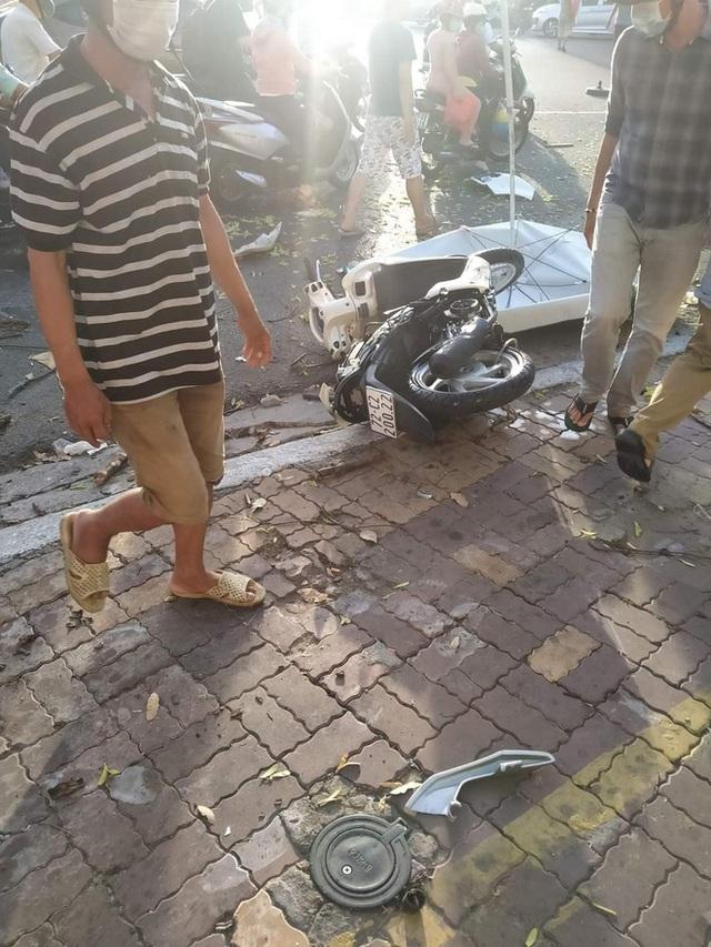 Kinh hoàng clip: Nữ tài xế lao lên vỉa hè, đâm loạt xe máy khiến 2 người bị thương - Ảnh 4.