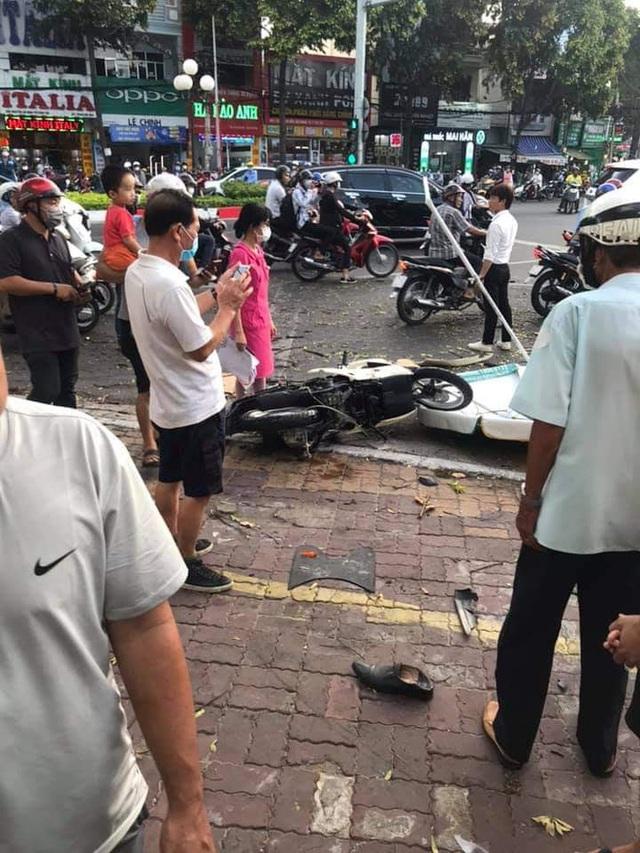 Kinh hoàng clip: Nữ tài xế lao lên vỉa hè, đâm loạt xe máy khiến 2 người bị thương - Ảnh 5.
