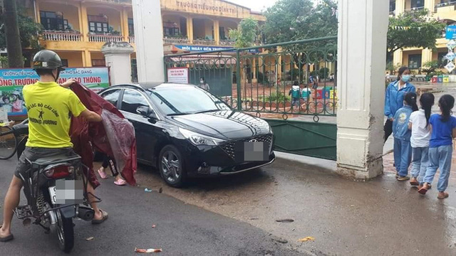 Màn đỗ xe kém duyên ngay trước cổng trường khiến ai nấy ngao ngán khi thấy đến giờ vào học - Ảnh 1.