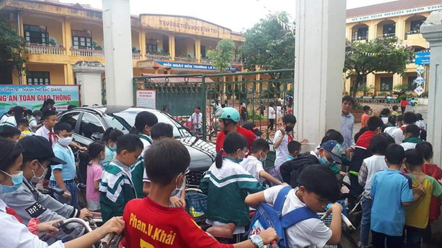 Màn đỗ xe kém duyên ngay trước cổng trường khiến ai nấy ngao ngán khi thấy đến giờ vào học - Ảnh 2.