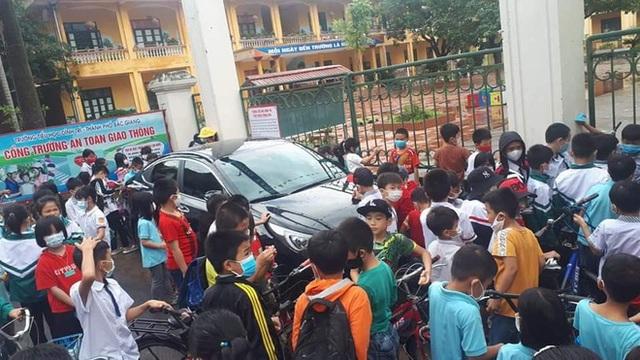 Màn đỗ xe kém duyên ngay trước cổng trường khiến ai nấy ngao ngán khi thấy đến giờ vào học - Ảnh 3.