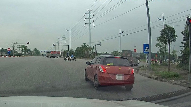 Hà Nội: Phạt tài xế ô tô vượt đèn đỏ qua tin nhắn Facebook - Ảnh 1.