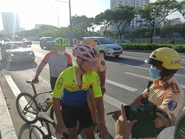 Bị CSGT tuýt còi, người đi xe đạp nói chạy vào làn ô tô có bóng cây cho mát - Ảnh 1.