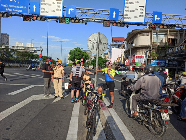 Bị CSGT tuýt còi, người đi xe đạp nói chạy vào làn ô tô có bóng cây cho mát - Ảnh 2.