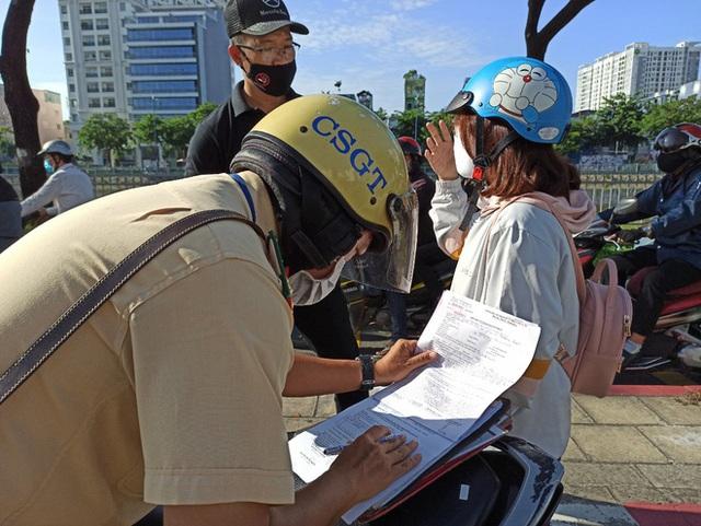 Bị CSGT tuýt còi, người đi xe đạp nói chạy vào làn ô tô có bóng cây cho mát - Ảnh 3.