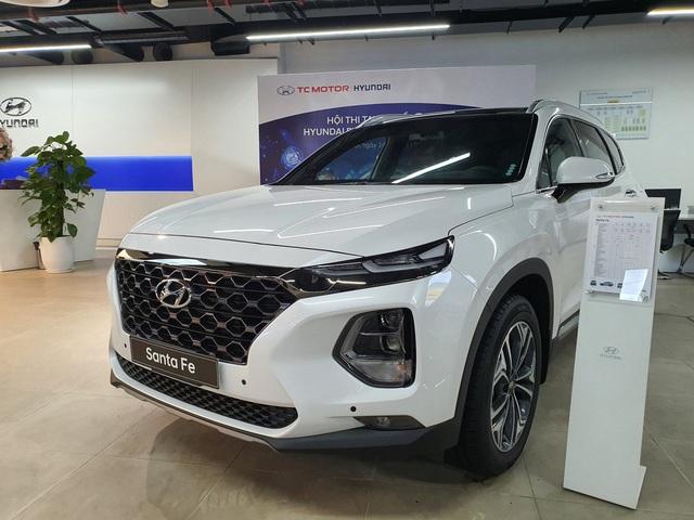 Thanh lý hàng tồn, Hyundai Santa Fe form cũ giảm cao nhất 140 triệu đồng tại đại lý - Ảnh 1.