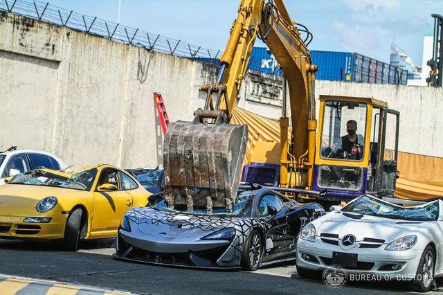 Dàn siêu xe, xe thể thao trị giá hàng triệu USD bị máy xúc nghiền nát không thương tiếc