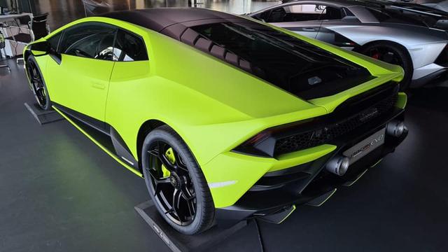Lamborghini Huracan EVO sắp về Việt Nam sở hữu màu sơn xanh lá nhám không đụng hàng - Ảnh 2.