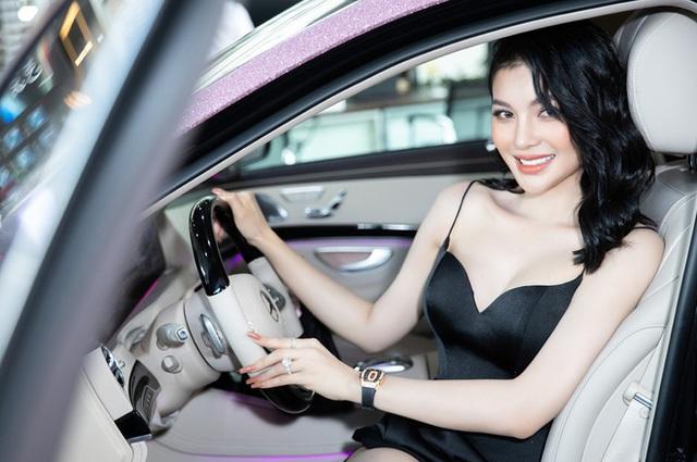Có 2 mỹ nhân Vbiz tậu xế hộp hồng tiền tỷ na ná siêu xịn: Ngọc Trinh sống ảo 7749 bộ ảnh, Lily Chen cũng chặt chém không vừa - Ảnh 3.