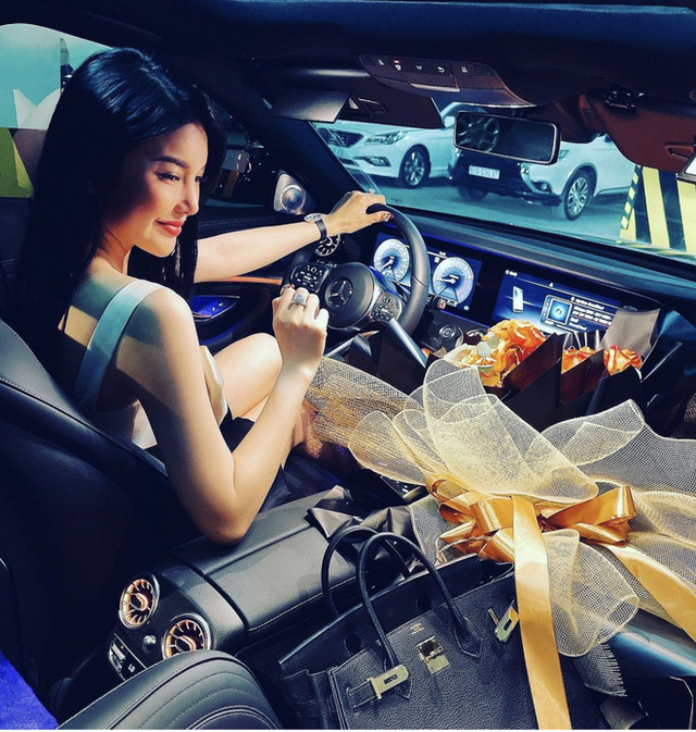 Có 2 mỹ nhân Vbiz tậu xế hộp hồng tiền tỷ na ná siêu xịn: Ngọc Trinh sống ảo 7749 bộ ảnh, Lily Chen cũng chặt chém không vừa - Ảnh 6.