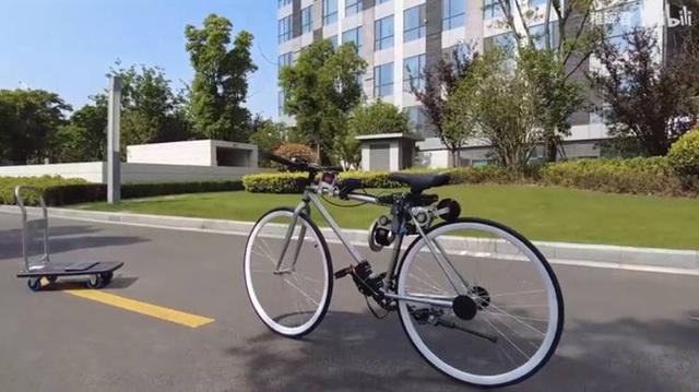 Chạy xe đạp bị ngã sấp mặt, chàng kỹ sư quyết định chế tạo xe đạp tự cân bằng cho khỏi té nữa - Ảnh 1.