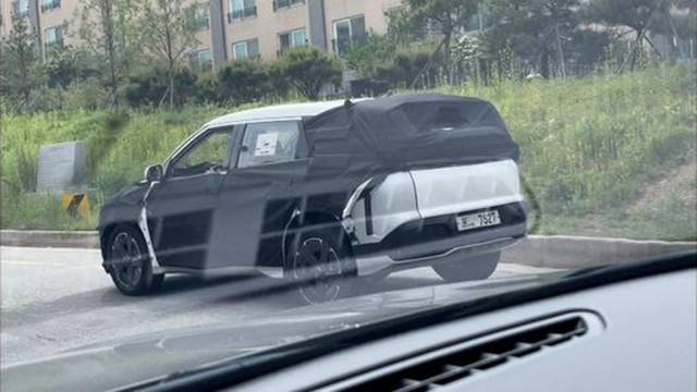 SUV mới toanh của Kia lộ diện, kích thước lớn gần ngang anh cả Telluride - Ảnh 1.
