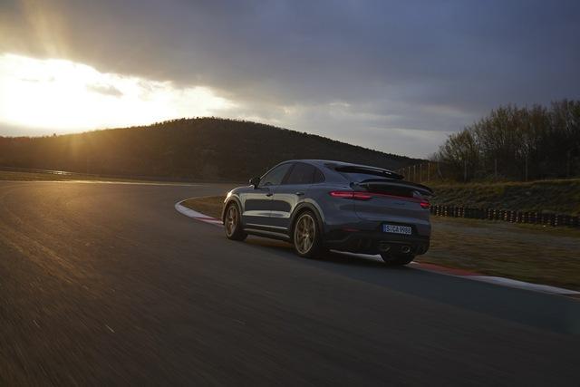 Porsche Cayenne bổ sung phiên bản mạnh nhất từ trước tới nay, tăng tốc nhanh khiến Lamborghini Urus ngửi khói - Ảnh 2.
