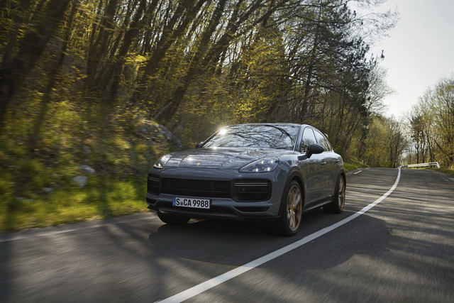 Porsche Cayenne bổ sung phiên bản mạnh nhất từ trước tới nay, tăng tốc nhanh khiến Lamborghini Urus ngửi khói - Ảnh 1.