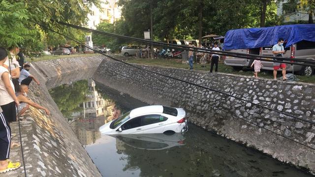 Nữ tài xế phi ô tô xuống mương, người dân dùng thang giúp chị trèo lên bờ thoát nạn - Ảnh 2.