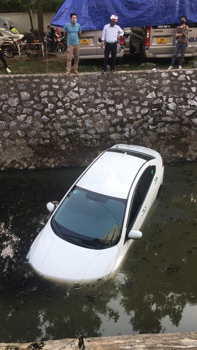 Nữ tài xế phi ô tô xuống mương, người dân dùng thang giúp chị trèo lên bờ thoát nạn - Ảnh 5.