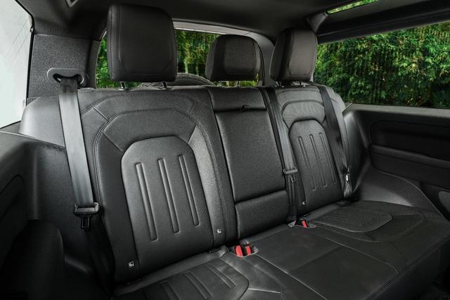 Land Rover Defender bổ sung phiên bản mới tại Việt Nam: Giá từ 3,93 tỷ đồng - Ảnh 8.