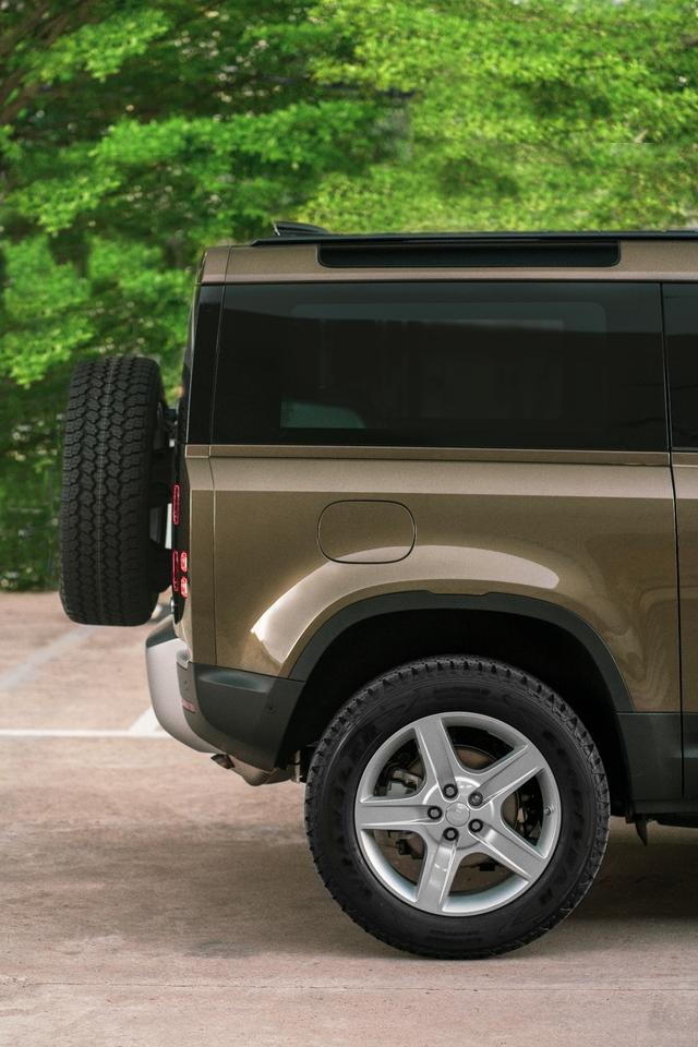 Land Rover Defender bổ sung phiên bản mới tại Việt Nam: Giá từ 3,93 tỷ đồng - Ảnh 2.