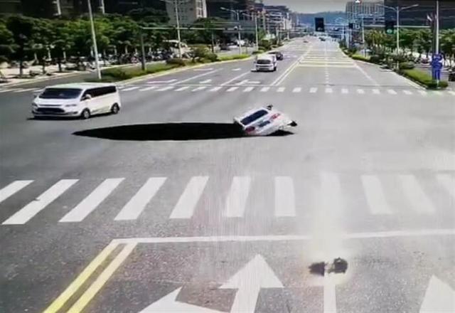 Cảnh tượng thót tim: Đi ngang ngã tư, ô tô con bất ngờ bị hố tử thần nuốt chửng - Ảnh 2.
