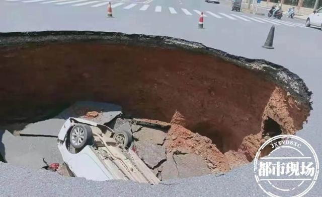 Cảnh tượng thót tim: Đi ngang ngã tư, ô tô con bất ngờ bị hố tử thần nuốt chửng - Ảnh 3.