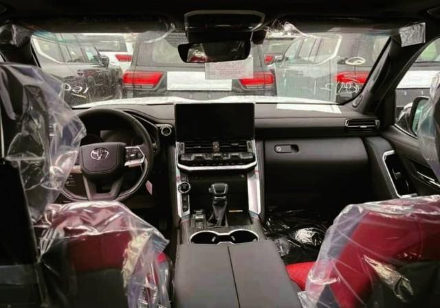 Lộ nội thất Toyota Land Cruiser 2022 trước ngày về Việt Nam: Lột xác toàn diện, bỏ cần số cây đũa quen thuộc, chảnh như xe châu Âu - Ảnh 1.