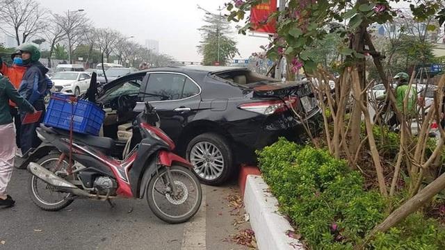 Rộ tin Toyota Camry chết đi sống lại sau cú lộn nhào chiều mùng 5 Tết - Ảnh 3.
