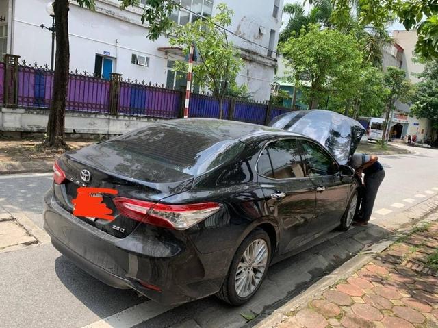 Rộ tin Toyota Camry chết đi sống lại sau cú lộn nhào chiều mùng 5 Tết - Ảnh 1.