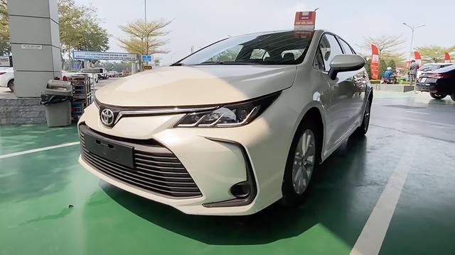 Toyota Corolla Altis 2021 bất ngờ về đại lý ở Việt Nam: Máy 2.0L nhưng nội thất sơ sài hơn Vios bản dịch vụ - Ảnh 1.