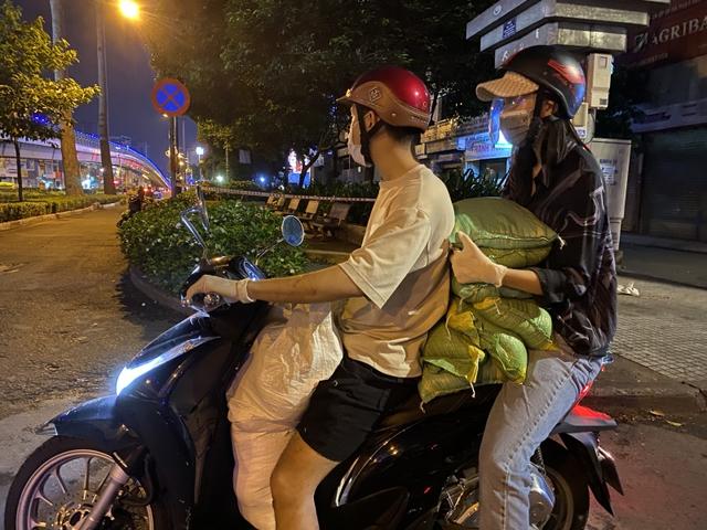Soi xe sao Viet dung di cuu tro Diep Lam Anh trung dung Audi Q8 Mec GLC nhung Hoa hau Tieu Vy chi chay xe may de phat gao cho tien