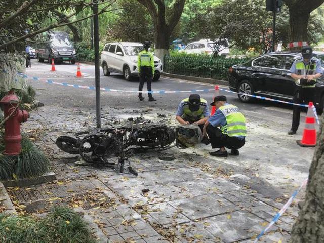 Đang chạy bon bon trên đường, xe điện đột ngột bốc cháy khiến 2 bố con bị thiêu rụi quần áo, người mẹ đi ngay cạnh chết lặng trước hiện trường thảm khốc - Ảnh 5.
