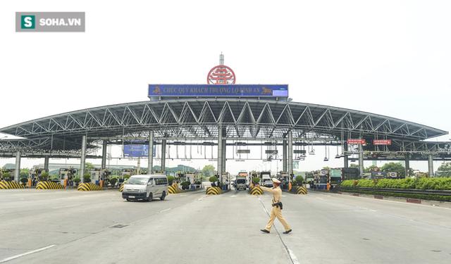 Kiểm soát 100% người và phương tiện vào Hà Nội, xe ùn tắc gần 3km tại trạm thu phí Pháp Vân - Cầu Giẽ - Ảnh 1.