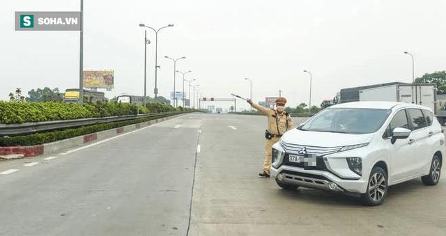 Kiểm soát 100% người và phương tiện vào Hà Nội, xe ùn tắc gần 3km tại trạm thu phí Pháp Vân - Cầu Giẽ - Ảnh 3.