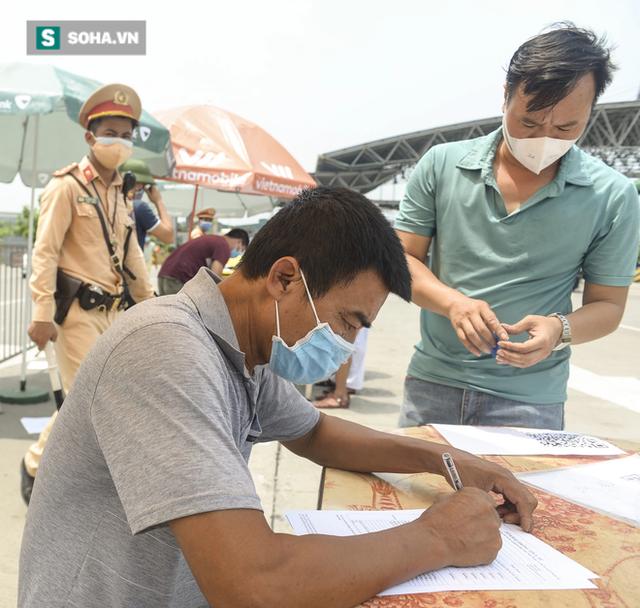 Kiểm soát 100% người và phương tiện vào Hà Nội, xe ùn tắc gần 3km tại trạm thu phí Pháp Vân - Cầu Giẽ - Ảnh 5.