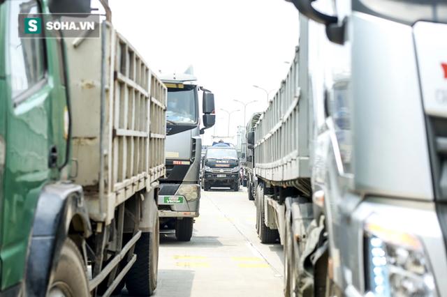 Kiểm soát 100% người và phương tiện vào Hà Nội, xe ùn tắc gần 3km tại trạm thu phí Pháp Vân - Cầu Giẽ - Ảnh 9.