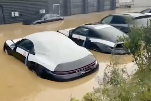 Đại lý Porsche bị lũ nhấn chìm, dàn 911 đắt giá ngập nước nửa thân xe khiến dân tình đau xót - Ảnh 1.